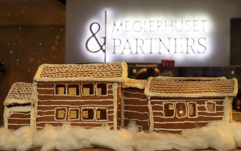 HYTTE I PEPPERKAKER: Eiendomsmeglerfullmektig og partner Emilie Fredriksen i Meglerhuset & Partners lagde kopi av hytta hun solgte som pepperkaker.