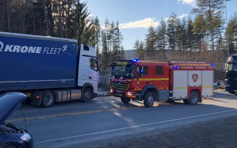INN I SIDA: Personbilen kjørte inn i sida på lastebilen.