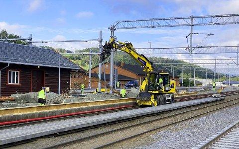 NY PLATTFORM: Her jobbes det med ny plattform 1 på Jaren stasjon. Foto: Halldis Skogen.