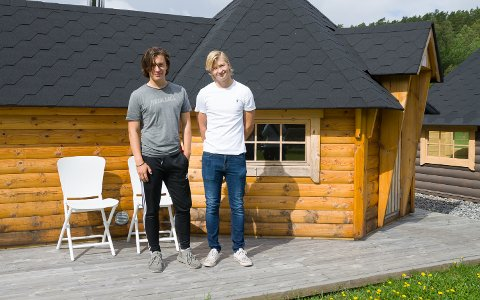 Sigurd Osen Wennberg(18) og Per Christian Nygård Røed(18) har begge sommerjobb på Nordby Fritid - hytter og sommermøbler