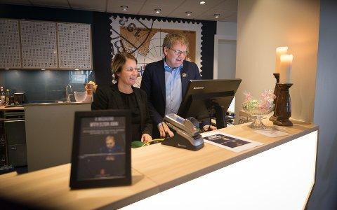 RINGER: Hotellsjef Lise Berg og direktør Vidar Haugen regner med at det blir fullt hus 30. juni.