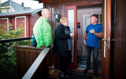 BESØK: Terje Demroen har fått besøk av Stig Vaagan og Venstre-leder Trine Skei Grande på døren.
