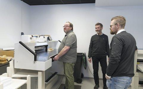 TRIVES: Lars Kirkeby har jobbet ved trykkerbedriften siden 2007. Driftsleder Øystein Melby og arbeidsleder Eirik Strype, mener han kan styre trykkeriet alene. Alle foto: Jo E. Brenden