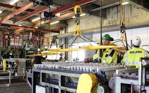 Serie 4: Krister Andersson og de andre på serie 4 stripper sink av platene i elektrolysehallen. Denne jobben foregår døgnet rundt, fordelt på fem skift.