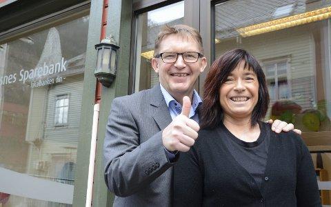 Banksjef Dag Sandstå med Greta Lothe, som er ansvarlig for Tysnes Sparebank sin avdeling i Odda. Arkivfoto: Ernst Olsen