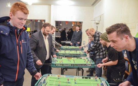 Stiga fotballspill: Fra turneringen i Litteraturhuset fredag kveld, det var ingenting å utsette på engasjementet til deltakerne. Tormod Nordmark gikk av med seieren.