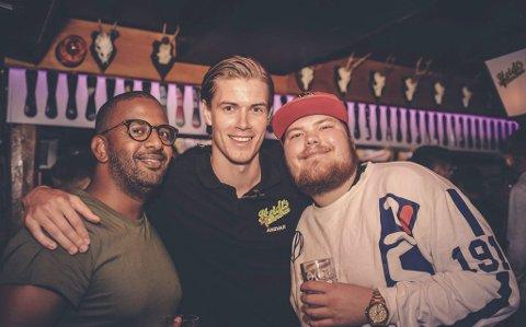 Skal styra skuta: Hans Olav Meling (i midten) har tatt over som dagleg leiar på «Heidi`s Bier Bar» i Bergen. Foto: Privat