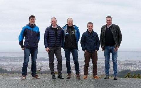 DISSE STÅR BAK SYSCO CHALLENGE: Erik Søvig (Hårfagrerittet),  Frank Vikingstad (Sysco), Trygve Voll (HIL), Kjell Åge Kallevik (FKH) og Øystein Grønhaug (Kvednatunet, Grøndhaug Eiendom),