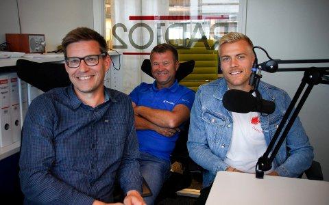 STORFINT BESØK: Eirik Ulland Andersen, her sammen med programleder Terje Flateby og sportsjournalist Odd Kåre Grøttland, på besøk i podkast-studio.