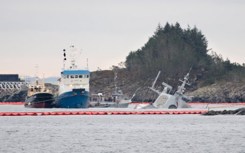 Fregatten KNM «Helge Ingstad» har ligget i Hjeltefjorden i Hordaland etter at den kolliderte med oljetankeren Sola TS torsdag 8. november. Arkivfoto: Marit Hommedal / NTB scanpix