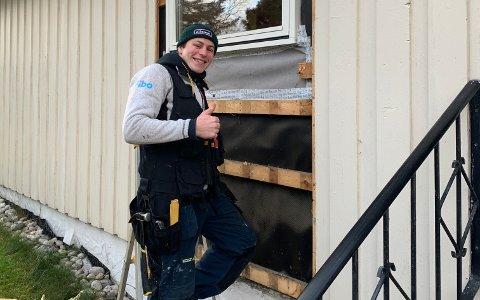 TOMMEL OPP: Birk Nagell Skogland har funnet seg til rette som tømrerlærling i byggefirmaet Finshus & Selvaag, der han nå har jobbet i et halvt år.