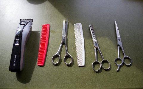 HOS FRISØREN: Også denne gangen gjentar jeg minst to ganger under besøket: You don't need to cut so much of my hair.... uten at det hjelper.