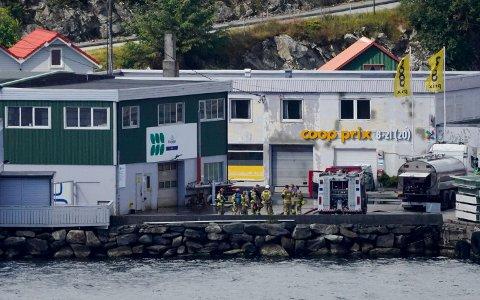 BRANN: Brannen var i et næringsbygg på kaien i Føresvik.