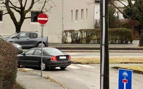 BEVISST ELLER ET UHELL?: Tydelige innkjøring forbudt-skilt viser at denne veien er forbeholdt trafikkantene som tar av fra Karmsundgata. Likevel sniker denne bilen seg ut og risikerer dermed en bot på nærmere 6000 kroner.