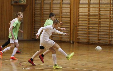 FYRER LØS: Marcus og Martinus spiller på Skauen FC i ungdomsklassen i Kaffecupen, og de vant semifinalen hele 11-0. Her brenner Marcus  løs og scorer ett av målene i semifinalen. Foto: Per Vikan