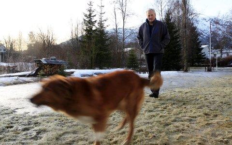 Strabasiøst: Steinar Kvandal (69) fra Mosjøen fikk hjerteinfarkt under elgjakta i 2014. Da var han på hytta ved Hundålvatnet. Helikopteret kom ikke ned i Mosjøen, ikke ambulanseflyet heller, og de kunne ikke lande i Sandnessjøen. Han ble til slutt hentet med ambulansebåt. – Mo ble redningen den gangen, men det tok mange ekstra timer hvor jeg ble holdt i sjakk på sykehuset her, forteller Kvandal – som ble operert i Tromsø. Siden har han hatt to turer til på UNN med hjerteproblemer, hvordan det ene var et nytt infarkt.   Foto: Stine Skipnes