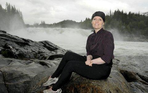 Feil og rett: Å sitte stille som ei havfrue er ikke naturlig for Lotte Christine Nygård- Forsmo, men det kjennes likevel riktig når livets foss fukter arbeidsklærne. Det finnes folk som ikke kjenner Lotte igjen uten kokkelua.