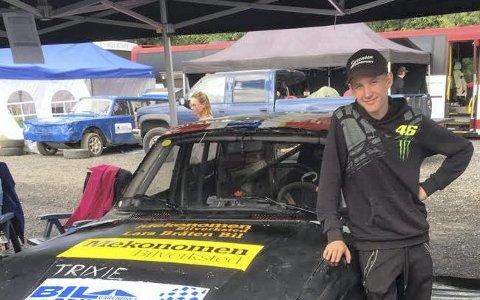 Ny bil: John Isak Sørensen vant blicrossen i Svenningdal tidligere i sommer, men måtte selge vinnerbilen. Her er han med bilen han kjørte på Hamar i helga og som ble kjøpt etter forrige helgs bilcross i Brønnøysund.