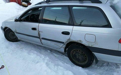 Bilen fikk flere synlige skader på utsiden.