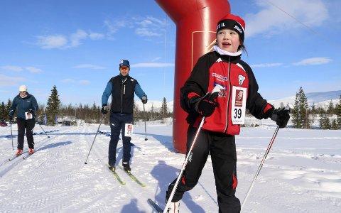 Sprek: Isabelle Hatlen Bonsaksen (8) gikk Hjartfjellrennet sammen med foreldrene Camilla Hatlen og Tor Arne Bonsaksen. – Før har jeg gått 10 kilometer, i dag gikk jeg 16, sier hun stolt. Foto: Stine Skipnes