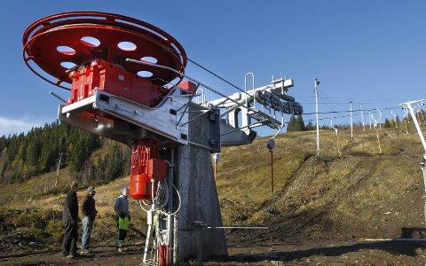 FERDIG: Den nye skiheisen i Kjemsåsen er ferdig og er tatt i bruk for lenge siden. Nå har Mosjøen slalåmklubb fått 1,2 millioner kroner i spillemidler til heisen, og de har også fått 125.000 kroner til et nyt anlegg for funksjonshemmede.  Foto: Per Vikan