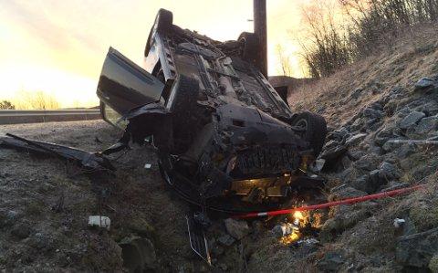 I GRØFTA: Bilen kom fra Varangerbotn, og hjulsporene tyder på at den har fått skrens rett etter Skoltefossen, og havna ut på høyre side.