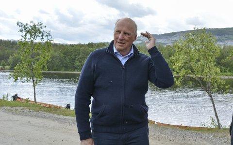 Stadig i Altaelva: Kong Harald bruker årlig å fiske i Altaelva. Dette bildet er fra en tidligere anledning.