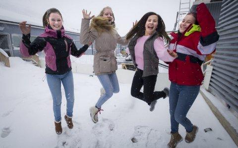 KAN JUBLE: Nesseby Oppvekstenter gjør det meste riktig, ifølge en ny rapport. Her er Jenny Charlotte Larsen, Inga-Maja L. Jernsletten, Anna Reekka Mudenia Noste og Stine Utse avbildet i fjor. Arkivfoto: Stian Hansen