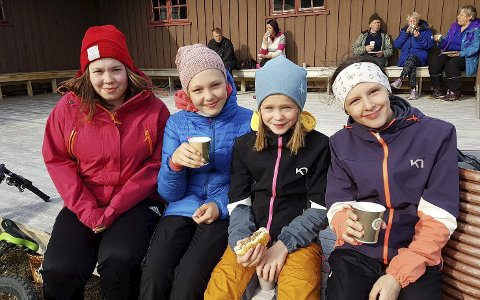 UTEKOS: Været var såpass godt at noen tok med maten ut i sola, som disse fire jentene. Fra venstre Maria Sabbasen, Saine Fjelldal, Mathea Olsen og Michelle Frantzen.