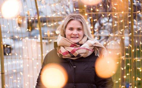 EN GLEDE: Henriette Saxi Wikstrøm forteller at det er gledelig at de nå har fått på plass mye av julelysene.