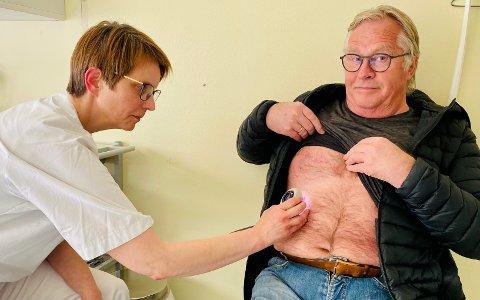 Lege Rita Sander undersøker kroppen til Torbjørn Loholt. Illustrasjonsfoto fra en tidligere sak hos iHarstad.