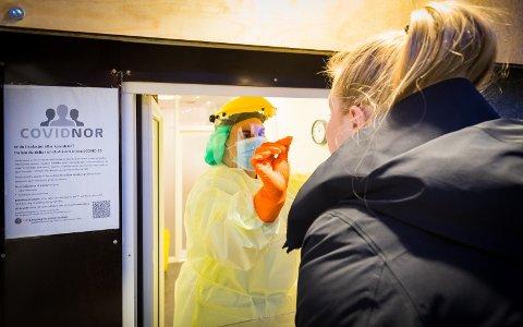 Ansatt ved Luftveisklinikken tester en Harstad-borger. Arkivfoto.