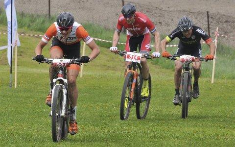 KAMP I KAMPEN: Det pågår en kamp mellom syklistene i Høland IUL og Bingsfoss Sykkelklubb om å stille fleste syklister på startstreken søndag. Foreløpig leder arrangørklubben.