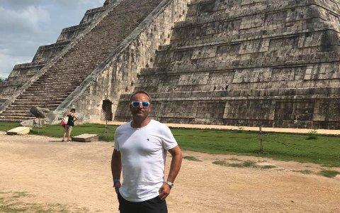 SOMMER: Det blir sand på stranda, men ingen pyramider i utlandet, for sentrumssjef Kenneth Lia i år.