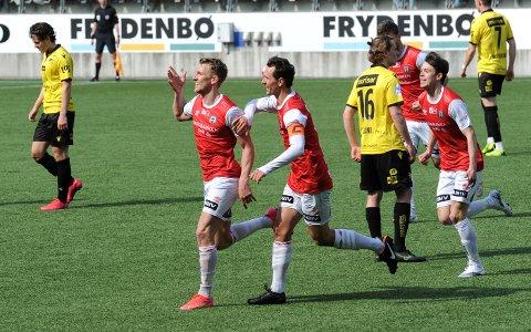 TOMÅLSSCORER: Joacim Holtan (t.v.) feirer sin andre scoring mot Start sammen med kaptein Henning Romslo og debutant Sixten Jensen.