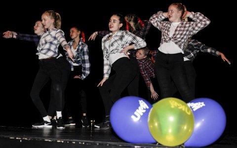 UKM-MØNSTRING: Split dansekompani fra Danseløven ballettskole framførte showdans og hiphop i Biorama fredag. Alle lokaldeltakerne får delta i fylkesmønstringen i april.
