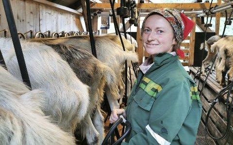 I GEITEFJØSET: To ganger om dagen skal de 75 geitene på Skjerdalsstølen melkes.  Da trår Janne til. Foto: Privat