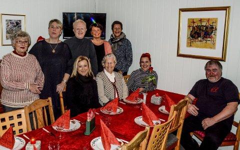 Velkommen: Sittende rundt bordet f.v. Anne Cathrine Sjøberg, Ragnhild Thorsen, Charlotte Therkelsen Sætersdal og Odd Therkelsen. Bak f.v. Gabby Øyen, Kari Sveberg, Frode Halvorsen, Katrine Jørgensen og Monika Sundbø kan du møte på Kirkens bymisjon.