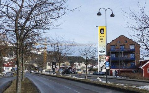 BANNER-NEKT: Denne fotomontasjen la kommunen ved søknaden om å få henge opp jubileumsbannere langs innfartsveiene fra Kirkebukta til Blindtarmen. Nå vil kommunen finne annen bruk av de innkjøpte bannerne.