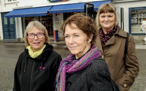 Engasjerte: Åse Theting (fra venstre), Lydia Drevland og Berit Melau oppfordrer innbyggere i Kragerø om å ta kontakt med Røde Kors for å bli flyktningguide.