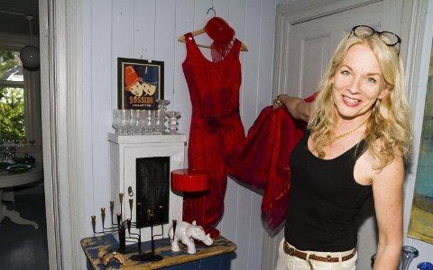 STOR SAMLING: Ellen Ørnes har samlet klær og antikviteter i flere tiår. Nå vil hun gi skattene sine nye hjem. Her med en drakt fra 1960-tallet.