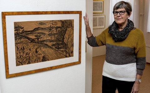 Utstilling: Ragnhild Skaug viser en tegning av Olaf Tangen med motiv fra Portør. Tegningen ble antatt på Høstutstillingen i Oslo i 1938. Utstillingen består av om lag 100 tegninger og skisser som Olaf og hans datter Synnøve har laget.