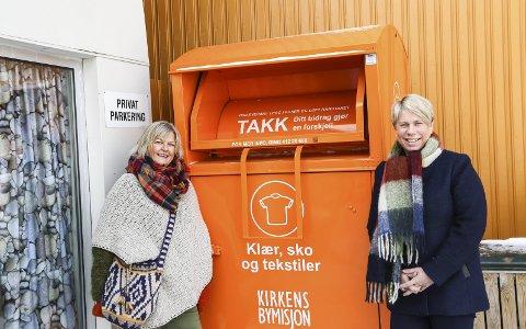 Klesinnsamling: F.v. Solveig Kivle og Kari Sveberg viser fram en av de oransje konteinerne. Denne står foran Kirkens Bymisjons lokaler.