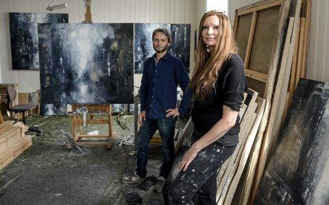 Godt forberedt: Thomas Wartiainen i Galleri Nicolines Hus besøkte Karoline Kaabers atelier for å få en oversikt over bilder hun har malt i det siste. Bildene har vesentlig motiver med inntrykk fra Kaabers besøk i New York.