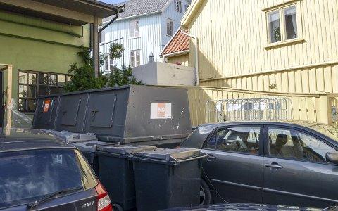 BLE FLYTTET: Avfallskonteineren ved Postgården ble flyttet mandag ettermiddag.