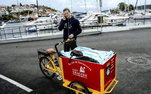 Travelt: Kristoffer Nordgulen har hatt sommerjobb som turist- og havnevert i år. Med sin gule og røde sykkel blir han lagt merke til, og mange turister stopper ham for å få opplysninger om spisesteder, severdigheter og andre ting i sommer-Kragerø