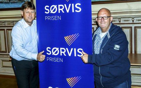 Sørvisprisen: Ståle Gundersen i Sparebanken Sør (t.v.) og medierådgiver Nicolai Jørgensen i Kragerø Blad Vestmar, oppfordrer leserne til å komme med kandidater. Virksomheten eller bedriften som får flest forslag kommer til finalen.