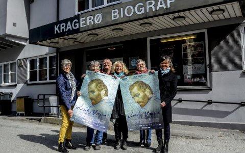 Samarbeid: F.v. Ragnhild Skaug fra Kragerø Faste Billedgalleri, Britt Kolltveit (Kunstforeningen), Morten Skjævestad (galleriet i Løkka), Gro Bohman og Torbjørg Pedersen (maleklubben) og Kari Skoe Fredriksen (kunstskolen) ser fram til filmen om Vincent van Gogh.