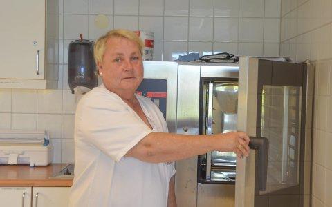 Varmer opp: Fagarbeider Bente O. Aasen ved en av ovnene på Marienlyst hvor maten fra Bergen blir varmet.