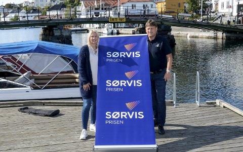 Populær: Kristin Enge Minde fra KV og Staale Gundersen i Sparebanken Sør kan fortelle at det å få Sørvisprisen henger høyt og engasjementet er stort. Nå ønsker de forslag på kandidater til delfinalen. Fristen er satt til 24. september.